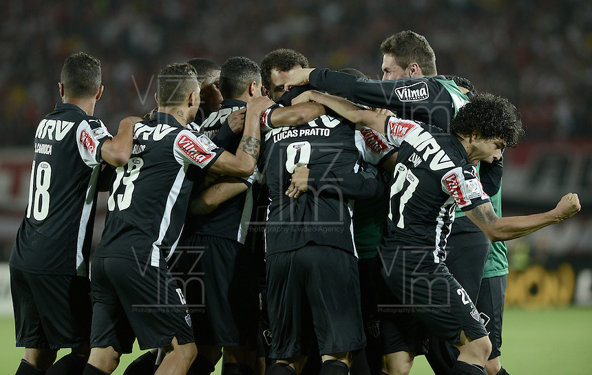 BOGOTA- COLOMBIA – 18-03-2015: Los jugadores de Atletico Mineiro de Brasil celebran el gol anotado a Independiente Santa Fe de Colombia, durante partido entre Independiente Santa Fe de Colombia y Atletico Mineiro of Brasil, por la segunda fase, grupo 1, de la Copa Bridgestone Libertadores en el estadio Nemesio Camacho El Campin, de la ciudad de Bogota. / The players of Atletico Mineiro of Brasil celebrate a scored goal to Independiente Santa Fe of Colombia, during a match between Independiente Santa Fe of Colombia and Atletico Mineiro of Brasil for the second phase, group 1, of the Copa Bridgestone Libertadores in the Nemesio Camacho El Campin in Bogota city. Photo: VizzorImage / Gabriel Aponte / Staff.