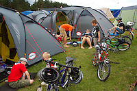 Tha Chan family with neighbour kids on their spare time at the camp. Photo: Magnus Fröderberg/Scouterna