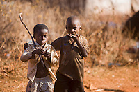 Afrique/Afrique de l'Est/Tanzanie/Zanzibar/Ile Unguja/Makunduchi: scenes de vie au village - Deux jeunes enfants