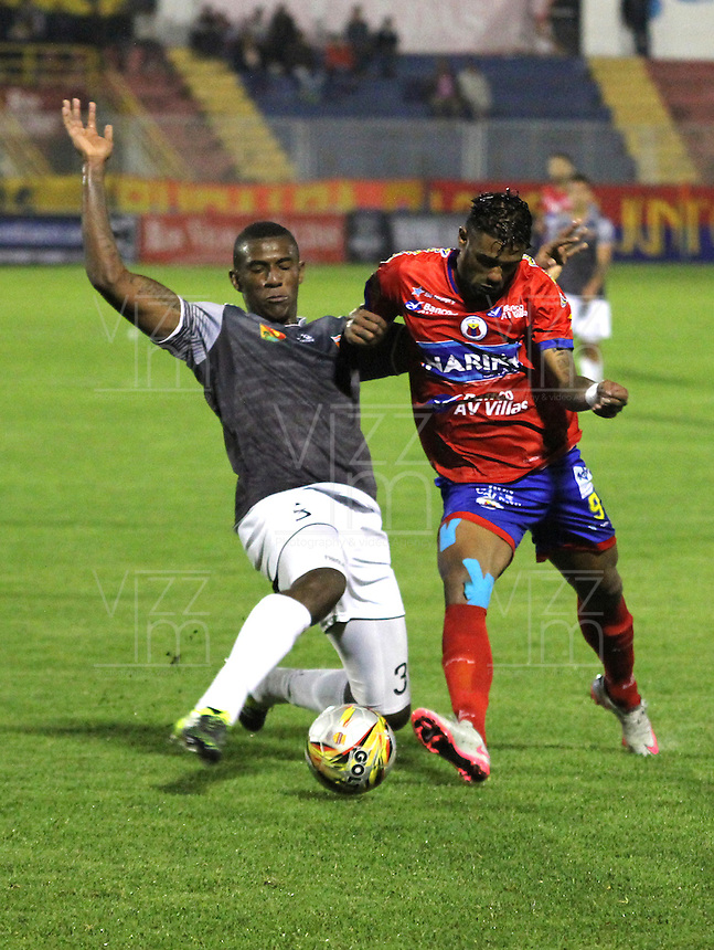 PASTO - COLOMBIA -25-02-2016: Harold Reina (Der.) jugador de Deportivo Pasto disputa el balón con Sergio Mosquera (Izq.) jugador del Envigado FC, durante partido Deportivo Pasto y Envigado FC,  por la fecha 6 de la Liga Aguila I 2016, jugado en el estadio Libertad de la ciudad de Pasto.  / Harold Reina (R) player of Deportivo Pasto fights for the ball with Sergio Mosquera (L) player of Envigado FC, during a match Deportivo Pasto and Envigado FC, for the date 6 of the Liga Aguila I 2016 at the Libertad stadium in Pasto city. Photo: VizzorImage. /Leonardo Castro / Str.