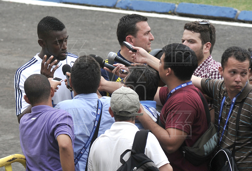 BARRANQUILLA, COLOMBIA -09-06-2013: Jackson Martinez (Izq.) jugador del equipo Colombia dialoga con la prensa durante una sesión de entrenamiento en Barranquilla, Colombia, junio 9 de 2013. Colombia se prepara para el próximo partido contra Perú para la calificificacion a la Copa Mundo FIFA 2014 Brasil. (Foto: VizzorImage / Luis Ramirez / Staff.). Jackson Martinez (L) player of Colombia Team speaks with the media during a training session in Barranquilla, Colombia, June 9, 2013.Colombia preparing for the next game against Peru for the qualifier to 2014 FIFA World Cup Brazil. (Photo: VizzorImage / Luis Ramirez / Staff.)