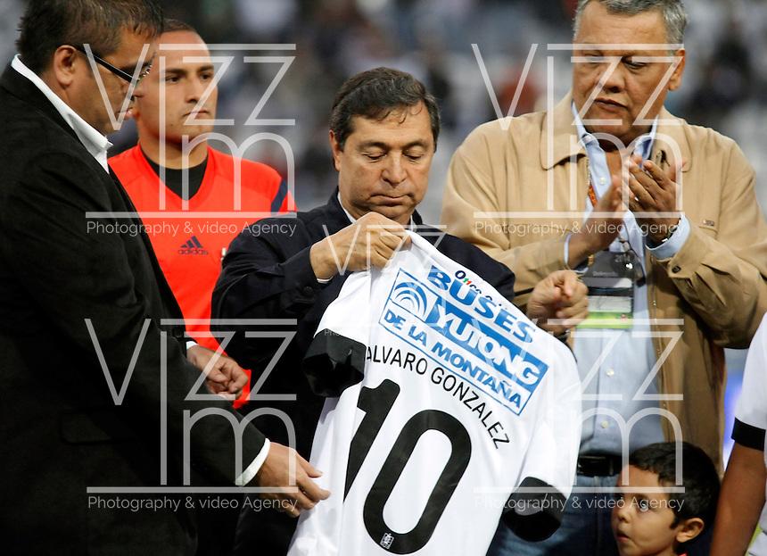 MANIZALES  -COLOMBIA. 26-OCTUBRE-2014. Alvaro Gonzalez Alzate  presidente de la Difutbol fue homenajeado por sus 50 a–os dedicados al futbol colombiano por parte del Once Caldas y las autoridades y la ciudadania de Manizales . Accion de juego entre los equipos Once Caldas y Atletico Huila  partido de la 16 fecha de La Liga Postobon II jugado en el estadio Palogrande .  / Alvaro Gonzalez Alzate Difutbol president was honored for his 50 years devoted to football by the Colombian Once Caldas and authorities and the citizenry of Manizales .Action game between teams Atletico Huila and Once Caldas party 16 The date Postobon II League played at the stadium Palogrande .Photo:  VizzorImage / Santiago Osorio / Stringer