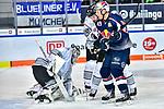 Voakes vor Treutle in dem Spiel in der DEL, EHC Red Bull Muenchen (blau) - Nuernberg Ice Tigers (weiss).<br /> <br /> Foto &copy; PIX-Sportfotos *** Foto ist honorarpflichtig! *** Auf Anfrage in hoeherer Qualitaet/Aufloesung. Belegexemplar erbeten. Veroeffentlichung ausschliesslich fuer journalistisch-publizistische Zwecke. For editorial use only.