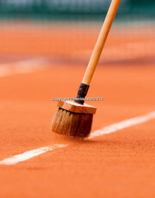 30-05-13, Tennis, France, Paris, Roland Garros, Line being brushed on claycourt