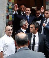 Silvio Berlusconall ' uscita da un ristorante napoletano