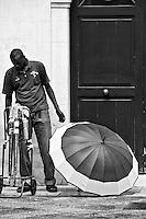 Lecce - Cortili aperti 2011 -Venditori occasionali di ombrelli.