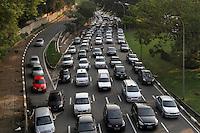 ATENCAO EDITOR: FOTO EMBARGADA PARA VEICULO INTERNACIONAL - SAO PAULO, SP, 05 DEZEMBRO 2012 - TRANSITO EM SAO PAULO -  Transito na av 23 de maio nesse final de tarde encontra-se bastante lento no siga e pare no sentido zona norte na regiao da Liberdade zona central da capital paulista nessa quarta, 05. (FOTO: LEVY RIBEIRO / BRAZIL PHOTO PRESS)