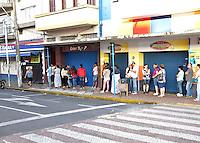 AMPARO,SP - 27.11.2015 - BLACK-FRIDAY - Acontece nessa sexta-feira (27), o Black Friday. Promoção anual, originária nos EUA, que acontece nas grandes lojas de magazines e oferece descontos em produtos de eletrônicos e eletrodomésticos. (Foto: Eduardo Carmim/Brazil Photo Press)