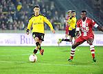 2015-10-30 / Voetbal / seizoen 2015-2016 / SK Lierse - R. Antwerp FC / Ayyoub Allach (l. Lierse) met Johanna Omolo<br /><br />Foto: Mpics.be