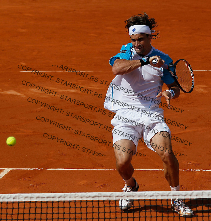 Spain's David Ferrer returns the ball to France's Gael Monfils during their fourth round match of the French Open tennis tournament, at the Roland Garros stadium in Paris, Monday, May 30, 2011..(foto: Srdjan Stevanovic/Starsportphoto ©)