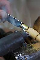 Europe/France/Aquitaine/24/Dordogne/Périgord vert/Nontron: Fabrication des couteaux de Nontron à la Coutellerie Nontronnaise _ Pyrogarvure du motif du manche