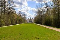France, Loire-et-Cher (41), Chambord, château de Chambord, allée partant du rond François 1er à travers la forêt et centrée sur la façade nord-ouest du château