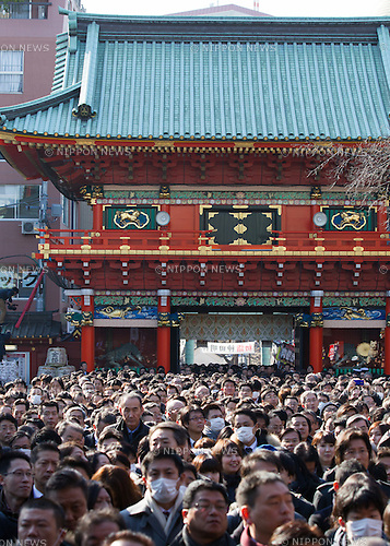 January 5, 2015, Tokyo, Japan - A large number of businessmen and women pray for thriving business at Kanda Myojin Shrine in Tokyo on Monday, January 5, 2015, the customary first business day of the new 2015 year. (Photo by AFLO)