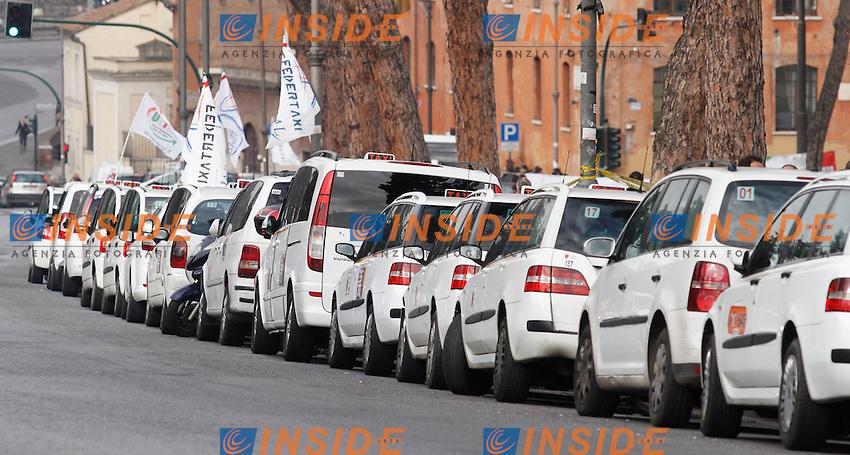 Taxi parcheggiati in segno di protesta.Roma 23/01/2012 Protesta dei tassisti a Circo Massimo in occasione dello sciopero nazionale contro le liberalizzazioni imposte dal governo.Foto Insidefoto  Serena Cremaschi