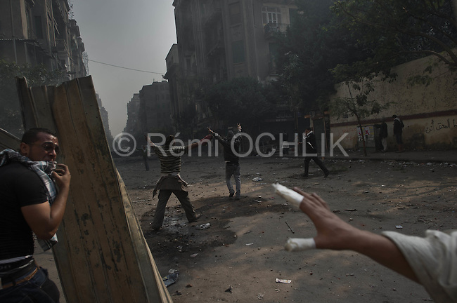 Remi OCHLIK/IP3 -  Near Tahrir Square in Cairo November 22, 2011 - Egyptians frustrated by army rule battled police in Cairo streets again on Tuesday as the military struggled to cope with a challenge to its authority that has jolted plans for the country's first free election in decades..Thousands of people defied tear gas wafting across Cairo's Tahrir Square, the hub of protests swelling since Friday into the biggest crisis yet for the generals who took over from Hosni Mubarak and who seem reluctant to relinquish their power.
