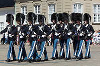 Denmark, Zealand, Copenhagen: Amalienborg Palace. Changing of the Danish Royal Life Guards | Daenemark, Insel Seeland, Kopenhagen: Wachwechsel der Koeniglich Daenischen Leibgarde vor dem Schloss Amalienborg