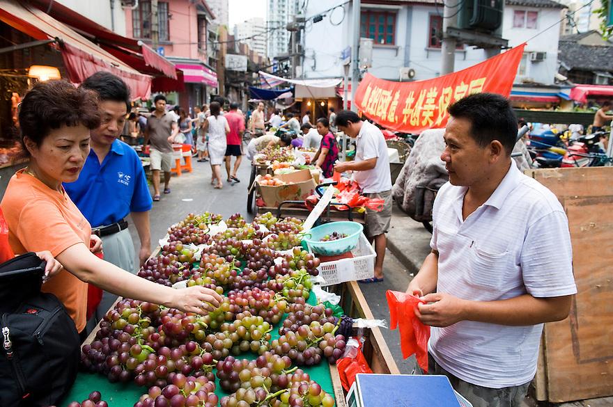 China, Shanghai,  27 aug 2010.Markt in oud gedeelte van Shanghai.   .Foto (c)  Michiel Wijnbergh. .Market