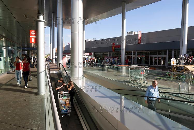 milano, quartiere portello. il centro commerciale --- milan, portello district. shopping centre