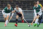 AMSTELVEEN -  Tom Hiebendaal (Adam) met Hidde Turkstra  (R'dam)  en Justen Blok (R'dam)   tijdens de hoofdklasse competitiewedstrijd heren, AMSTERDAM-ROTTERDAM (2-2). COPYRIGHT KOEN SUYK