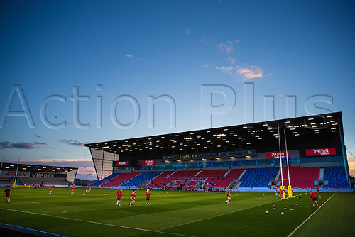 16.09.2016. AJ Bell Stadium, Salford, England. Aviva Premiership Rugby. Sale Sharks versus Gloucester. The lights are on as the sun sets and players warm-up pregame