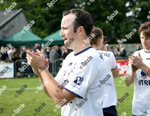 2010-05-30 / Seizoen 2009-2010 / Korfbal / De spelers van Boeckenbergh bedanken de supporters..Foto: mpics