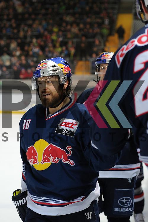 Eishockey, DEL, EHC Red Bull M&uuml;nchen - Eisb&auml;ren Berlin. <br /> <br /> Im Bild Daniel SPARRE (40) (EHC Red Bull M&uuml;nchen) klatscht mit der Bank ab. <br /> <br /> Foto &copy; P-I-X.org *** Foto ist honorarpflichtig! *** Auf Anfrage in hoeherer Qualitaet/Aufloesung. Belegexemplar erbeten. Veroeffentlichung ausschliesslich fuer journalistisch-publizistische Zwecke. For editorial use only.