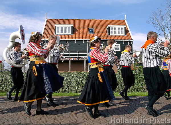 Tijdens Koningsdag lopen de inwoners van Marken in klederdracht. De Fanfare