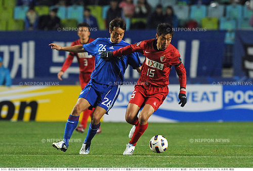 (R-L) Takeshi Aoki (Antlers), Yeom Ki-Hun (Suwon), APRIL 6, 2011 - Football: AFC Champions League Group H match between Suwon Samsung Bluewings 1-1 Kashima Antlers at Suwon World Cup Stadium in Suwon, South Korea. (Photo by Takamoto Tokuhara/AFLO)