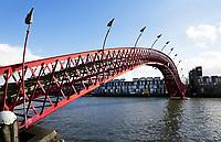 Nederland Amsterdam 2017 . De Phytonbrug verbindt het eiland Sporenburg met het Borneo-eiland.  Foto Berlinda van Dam / Hollandse Hoogte