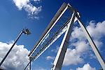 NIEUWEGEIN -  Bij de Beatrixsluizen in Nieuwegein heeft Rijkswaterstaat een snelweg portaal over de sluizen gezet met daaraan vervangende nestgelegenheid voor huiszwaluwen. Deze nestkastjes voor zwaluwen zijn nodig, omdat de gangbare nestgelegenheid onbruikbaar is wegens een aankomende renovatie. COPYRIGHT TON BORSBOOM.