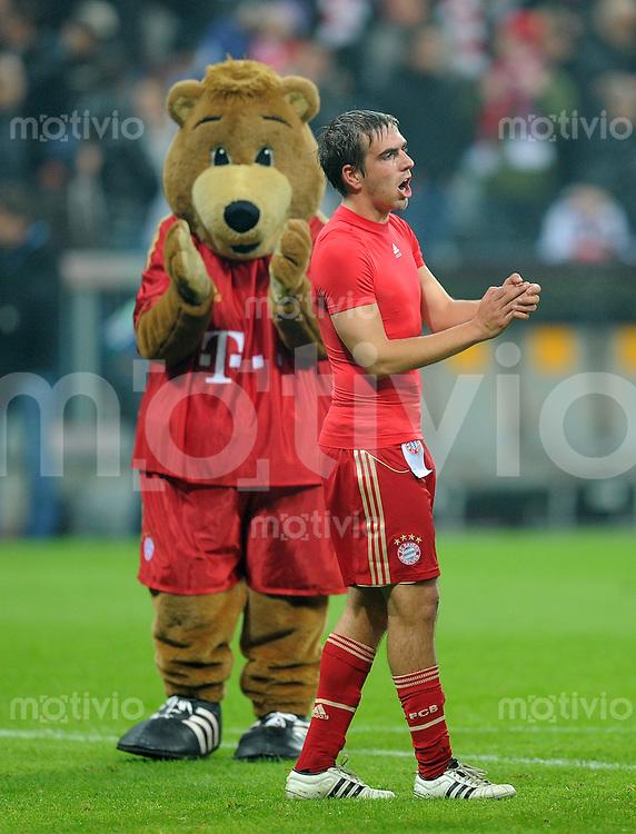 FUSSBALL   CHAMPIONS LEAGUE   SAISON 2011/2012     02.11.2011 FC Bayern Muenchen - SSC Neapel Maskottchen Bernie mit Philipp Lahm (FC Bayern Muenchen)
