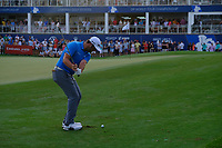 Jon Rahm (ESP) playing onto the 18th green during the 2nd round of the DP World Tour Championship, Jumeirah Golf Estates, Dubai, United Arab Emirates. 16/11/2018<br />