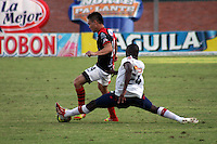 CUCUTA -COLOMBIA- 22-09-2013. Giovanni Garcia (I) de Cucuta disputa el balón con Dayron Mosquera (D) de Medellin durante partido de la fecha 10 de la Liga Postobón II 2013 jugado en el estadio General Santander de la ciudad de Cucuta./ Cucuta player Giovanni Garcia (L) fights for the ball with Medellin player Dayron Mosquera (R) during match on the 10th date of the Postobon League II 2013 played at General Santander stadium in Cucuta city. Photo: VizzorImage /Manuel Hernández/ Stringer