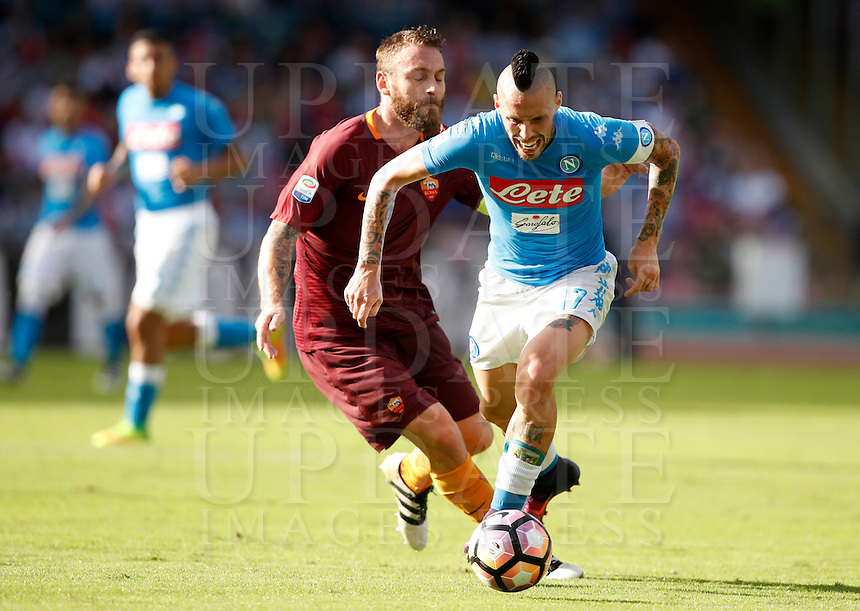 Calcio, Serie A: Napoli vs Roma. Napoli, stadio San Paolo, 15 ottobre. <br /> Napoli's Marek Hamsik, right, is challenged by Roma's Daniele De Rossi during the Italian Serie A football match between Napoli and Roma at Naples' San Paolo stadium, 15 October 2016. Roma won 3-1.<br /> UPDATE IMAGES PRESS/Isabella Bonotto