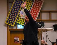 Dreifach donnerndes Helau: DFB-Schiedsrichter-Lehrwart Lutz Wagner bei seinem amüsanten Vortrag im Volkshaus Büttelborn - Büttelborn 11.02.2019: Vortrag von Schiedsrichterlehrwart Lutz Wagner bei der SKV Büttelborn