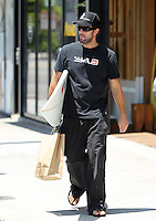 Looking for the way to the beach? Brody Jenner spotted today leaving the Burton store on Melrose in West Hollywood with a brand new surfboard. Los Angeles, California on 2.8.2012..Credit: Correa/face to face.. /MediaPunch Inc. ***FOR USA ONLY*** ***Online Only for USA Weekly Print Magazines*** /NortePhoto.com<br /> <br /> **SOLO*VENTA*EN*MEXICO**<br /> **CREDITO*OBLIGATORIO** <br /> *No*Venta*A*Terceros*<br /> *No*Sale*So*third*<br /> *** No Se Permite Hacer Archivo**<br /> *No*Sale*So*third*