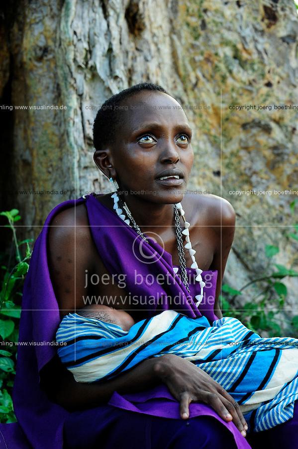 TANZANIA, Korogwe, young Massai woman with baby sitting under tree in Kwalukonge / TANSANIA, Korogwe, junge Massai Frau mit Baby sitzt unter einem Baum bei Kwalukonge