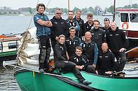 SK&Ucirc;TSJESILEN: FYSL&Acirc;N: SKS Sk&ucirc;tsjesilen 2016, Douwe Visser Jzn. met zijn nieuwe bemanning van de Sneker Pan, v.l.n.r. achter:<br /> Douwe Visser, Sven Tuinstra, Hilbert Kroon, Dennis van der Zijde, Marco vd Meulen, Erik Kort, Marcel Huitema, Henk de Boer zittend / knielend: Dinie Visser, Jappie Visser, Marcel de Jong, Michel Groot, Chris Tuinstra, &copy;foto Martin de Jong