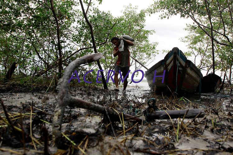 05-08-2010-GARIMPO-Materia feita no Municipio de Viseu-par&aacute; na ilha de Sanauma onde pescadores,moradores da cidade e outras lugares estam indo e dormindo diariamente tira ouro n mangue s&atilde;o mais de 300 pessoas no local.<br /> Na foto Nildo Barbosa 25 anos<br /> <br /> FOTO: TARSO SARRAF