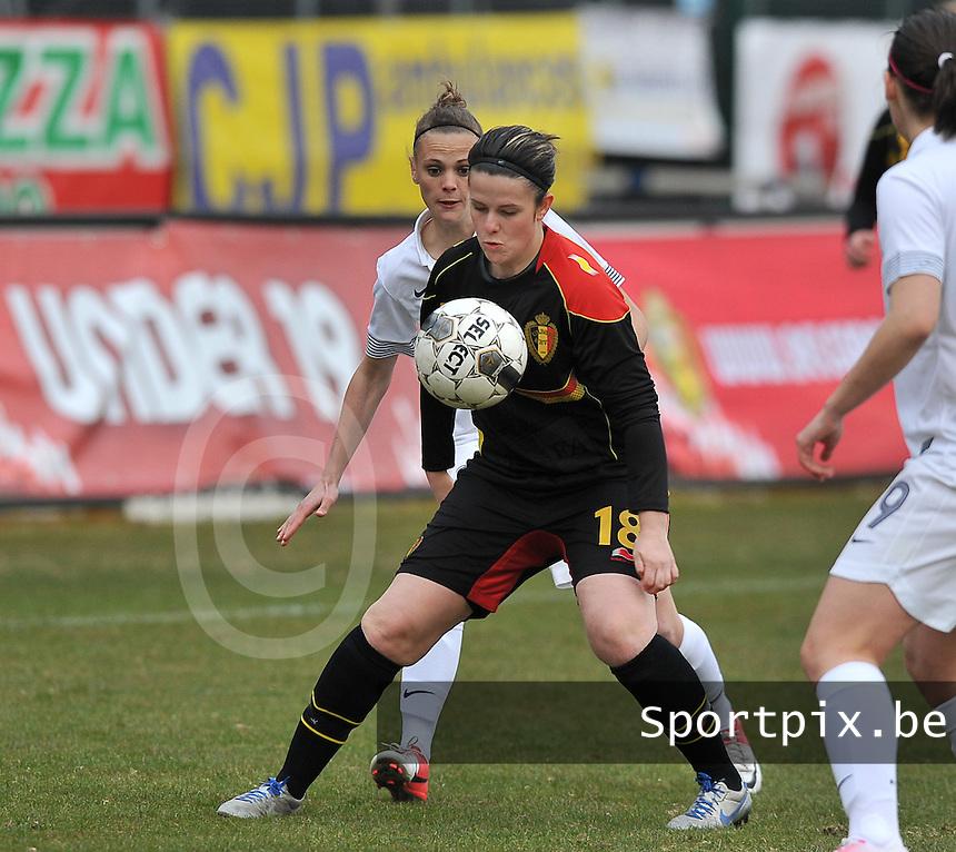 France U19 - Belgium U19 : duel tussen Faustine Robert (links) en Maria Laura Aga Martinez (rechts).foto DAVID CATRY / Nikonpro.be