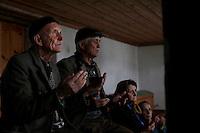 BULGARIA, Arda, April 15, 2011. Bulgarian muslims pray in a mosque in the remote village of Arda in the Rhodope Mountains, southern Bulgaria. Bulgarian Muslims, which today are nearly 8% of the country's population and the largest muslim minority community in the European Union, revived their cultural and religious traditions after the fall of communist regime in Bulgaria in 1989. .BULGARIE, Arda, 15 Avril 2011. Des Bulgares de confession musulmane prient dans la mosquée du petit village de Arda dans les montagnes des Rhodopes en Bulgarie. La minorité musulmane qui représente aujourd'hui près de 8% de la population totale du pays et qui est la plus large majorité musulmane dans les pays de l'Union Européenne a ravive ses traditions culturelles et religieuse après la chute du régime communiste Bulgare en 1989.