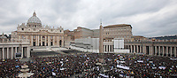 Una veduta di Piazza San Pietro durante il primo Angelus di Papa Francesco dalla finestra del suo studio, Citta' del Vaticano, 17 marzo 2013..A view of St. Peter's square during the Pope Francis' first Sunday Angelus prayer from his studio window, Vatican, 17 March 2013..UPDATE IMAGES PRESS/Isabella Bonotto -STRICTLY FOR EDITORIAL USE ONLY-