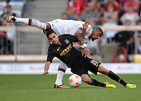 Fussball  International   Audi Cup 2013  Saison 2013/2014   31.07.2013 Manchester City - AC Mailand Kevin Prince Boateng (oben, AC Mailand) gegen Jesus Navas (Manchester City)