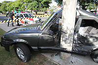 FOTO EMBARGADA PARA VEICULOS INTERNACIONAIS. SAO PAULO, SP, 18-11-2012, ACID. AV. TANCREDO NEVES. Um veiculo perdeu a direcao e colidiu contra um poste na Av Tancredo Neves no bairro do Ipiranga. O motorista fugiu do local, pois segundo o policiamento o mesmo nao e habilitado. Nao se sabe as condicoes fisicas do motorista. Luiz Guarnieri/ Brazil Photo Press