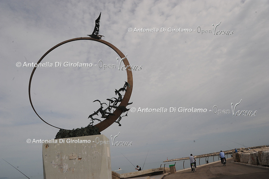"Il molo sud. South Pier..Monumento Jonathan Livingston.Monument Jonathan Livingston..Galleria d'arte del molo sud.Raccolta delle opere in travertino realizzate durante le edizioni del Simposio Internazionale ""Scultura Viva"". Manifestazione dove numerosi artisti provenienti da tutto il mondo con la loro creatività plasmano dagli scogli stupende sculture che abbelliscono la lunga passeggiata sul molo,chiamata ""la via di Jonathan Livingston"".Art Gallery of South Pier.Collection of the travertine works made during the editions .International Symposium "" Alive Sculpture."" Event where many artists, from around the world, create beautiful sculptures which adorn the long walk on the pier, call ""way of Jonathan Livingston"" ..."