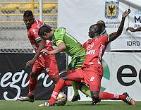 BOGOTÁ -COLOMBIA, 31-07-2016. Stalin Motta (C) de La Equidad disputa el balón con Uvaldo Luna (Izq) y Jesus Murillo (Der) de Patriotas FC durante partido por la fecha 6 de la Liga Águila II 2016 jugado en el estadio Metropolitano de Techo de la ciudad de Bogotá./ Stalin Motta (C) player of La Equidad fights for the ball with Uvaldo Luna (L) and Jesus Murillo (R) player of Patriotas FC during the match for the date 6 of the Aguila League II 2016 played at Metropolitano de Techo stadium in Bogotá city. Photo: VizzorImage/ Gabriel Aponte / Staff