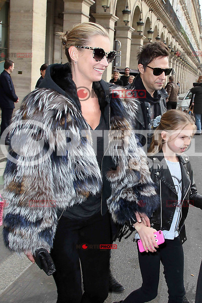 PAP0213AC453.KATE MOSS WITH HUSBAND JAMIE HINCE AND DAUGHTER DURING PARIS FASHION SHOW