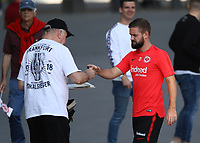 Marc Stendera (Eintracht Frankfurt) gibt Autogramme - 05.09.2018: Eintracht Frankfurt Training, Commerzbank Arena, DISCLAIMER: DFL regulations prohibit any use of photographs as image sequences and/or quasi-video.