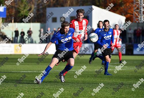 2016-11-27 / Voetbal / Seizoen 2016-2017 / Rupel-Boom - Hoogstraten VV / Jens de Paepe (Rupel-Boom) met Steven Van de Vreede in de rug<br /> <br /> ,Foto: Mpics.be