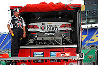 Unloading the car of Kevin Harvick (#4)